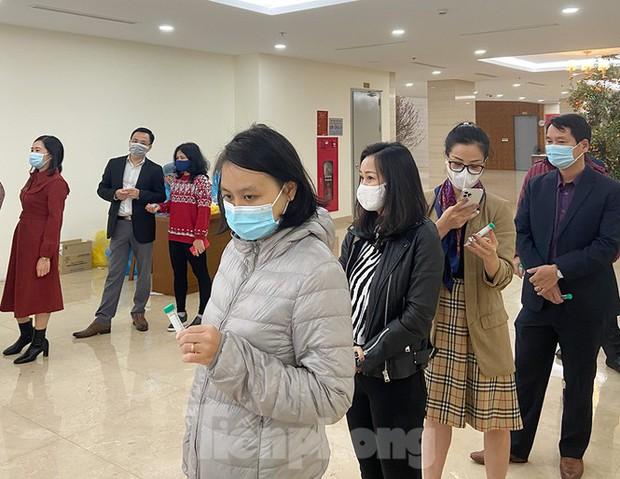 Dân văn phòng Hà Nội xếp hàng lấy mẫu xét nghiệm COVID-19 trong ngày đầu đi làm - Ảnh 3.