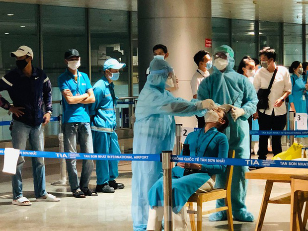 Xét nghiệm COVID-19 cho cán bộ dịch vụ mặt đất sân bay Tân Sơn Nhất ngày đầu đi làm - Ảnh 3.