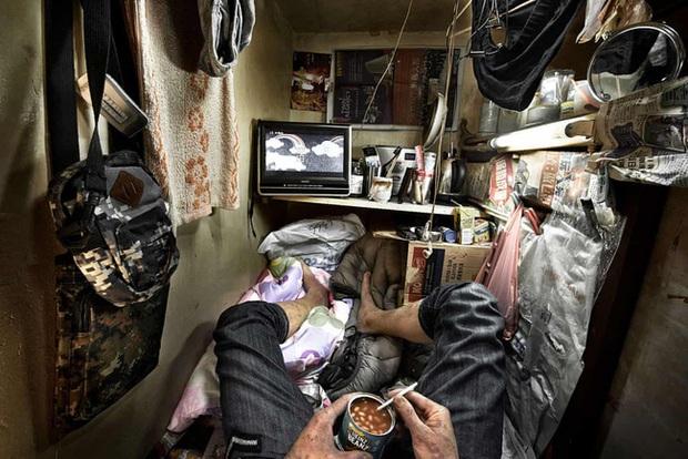 Đằng sau những ánh đèn neon rực rỡ của Hong Kong là nỗi ám ảnh khi phải sống trong nhà quan tài vài mét vuông của người lao động - Ảnh 3.