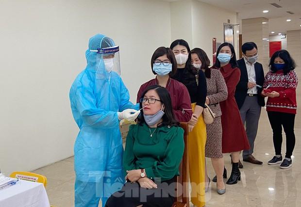 Dân văn phòng Hà Nội xếp hàng lấy mẫu xét nghiệm COVID-19 trong ngày đầu đi làm - Ảnh 4.