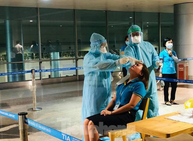 Xét nghiệm COVID-19 cho cán bộ dịch vụ mặt đất sân bay Tân Sơn Nhất ngày đầu đi làm - Ảnh 4.