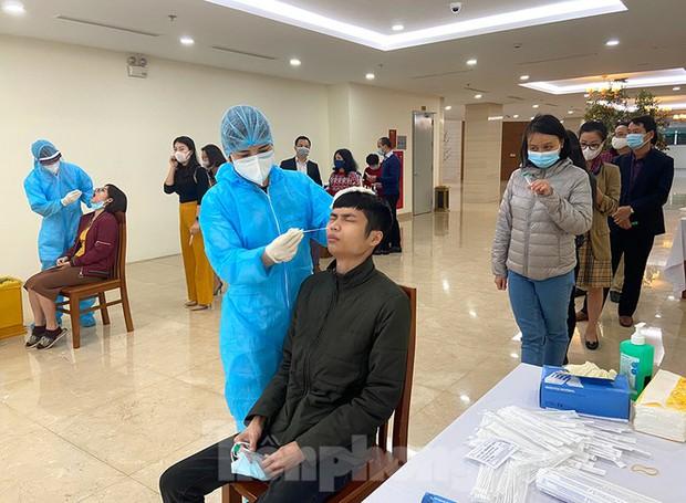 Dân văn phòng Hà Nội xếp hàng lấy mẫu xét nghiệm COVID-19 trong ngày đầu đi làm - Ảnh 5.