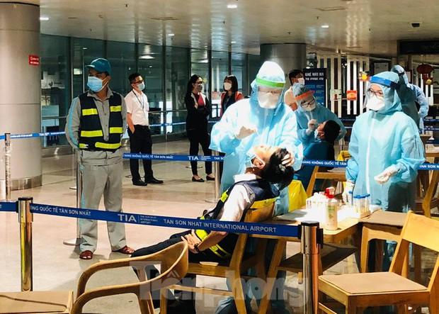Xét nghiệm COVID-19 cho cán bộ dịch vụ mặt đất sân bay Tân Sơn Nhất ngày đầu đi làm - Ảnh 5.