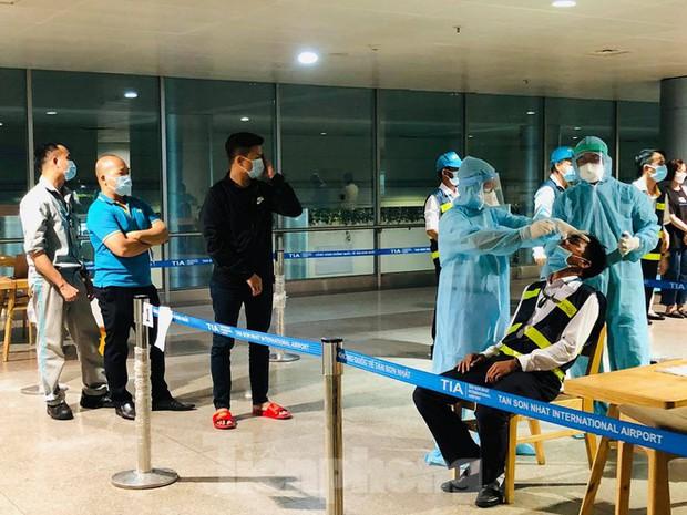 Xét nghiệm COVID-19 cho cán bộ dịch vụ mặt đất sân bay Tân Sơn Nhất ngày đầu đi làm - Ảnh 6.