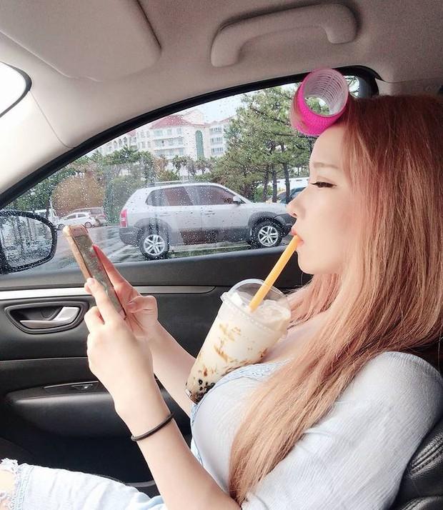 Dùng ngực để uống trà sữa khi chơi game, cô gái xinh đẹp khiến dân mạng mỏi mắt tìm info vì vòng một quá ấn tượng - Ảnh 5.