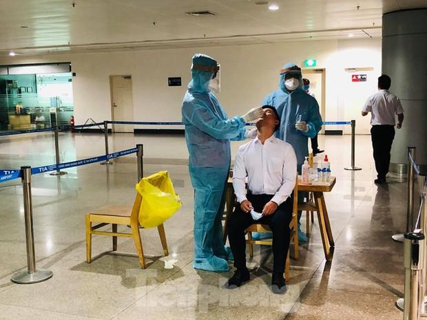 Xét nghiệm COVID-19 cho cán bộ dịch vụ mặt đất sân bay Tân Sơn Nhất ngày đầu đi làm - Ảnh 8.