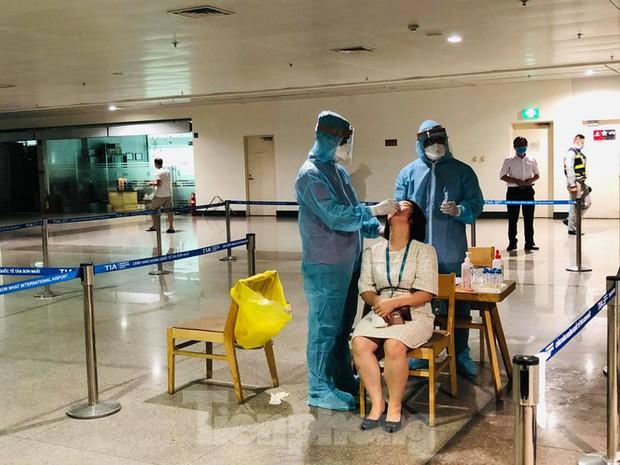 Xét nghiệm COVID-19 cho cán bộ dịch vụ mặt đất sân bay Tân Sơn Nhất ngày đầu đi làm - Ảnh 9.