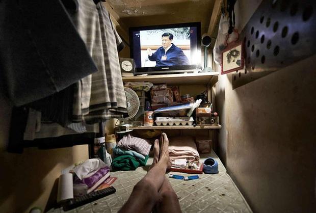 Đằng sau những ánh đèn neon rực rỡ của Hong Kong là nỗi ám ảnh khi phải sống trong nhà quan tài vài mét vuông của người lao động - Ảnh 9.
