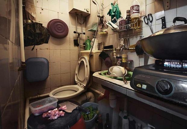 Đằng sau những ánh đèn neon rực rỡ của Hong Kong là nỗi ám ảnh khi phải sống trong nhà quan tài vài mét vuông của người lao động - Ảnh 10.