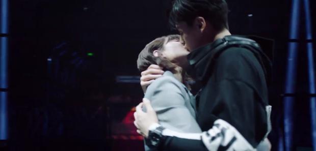 Nữ chính Cá Mực Hầm Mật 2 chấp nhận làm bạn gái Hồ Nhất Thiên, được anh hôn lết môi từ ngoài đường vô tủ quần áo - Ảnh 2.
