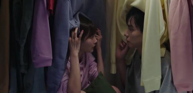 Nữ chính Cá Mực Hầm Mật 2 chấp nhận làm bạn gái Hồ Nhất Thiên, được anh hôn lết môi từ ngoài đường vô tủ quần áo - Ảnh 7.