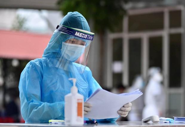 Nhìn lại một tháng cả nước chống đợt dịch Covid-19 thứ 3: Số ca nhiễm tăng nhanh, vaccine được xác định là vũ khí lợi hại chiến thắng đại dịch - Ảnh 4.