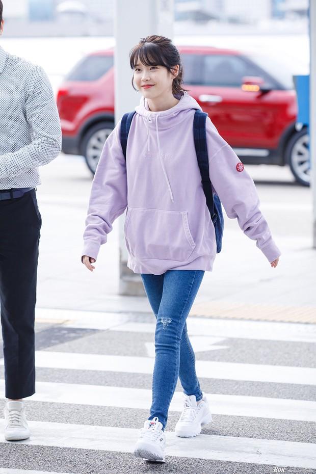 """Không hổ danh là """"em gái quốc dân"""", thời trang sân bay của IU trẻ trung, xinh sang và đáng học hỏi cực kỳ - Ảnh 8."""