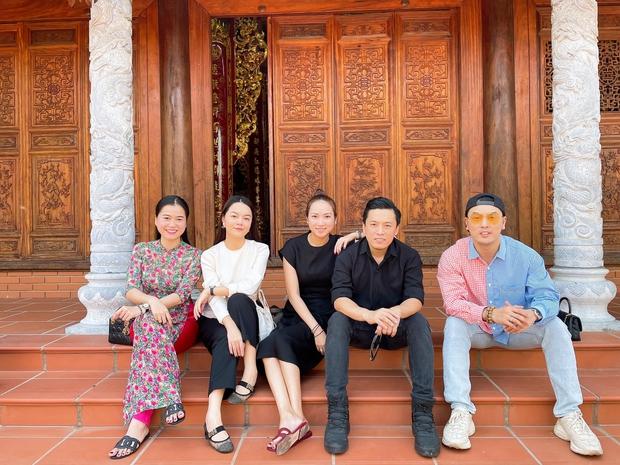 Lâm Vỹ Dạ, Phạm Quỳnh Anh và dàn sao tụ họp tại đền thờ tổ 100 tỷ của NS Hoài Linh, chia sẻ về cố NS Chí Tài gây xúc động - Ảnh 4.