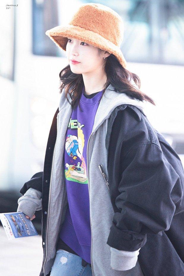 """Không hổ danh là """"em gái quốc dân"""", thời trang sân bay của IU trẻ trung, xinh sang và đáng học hỏi cực kỳ - Ảnh 5."""