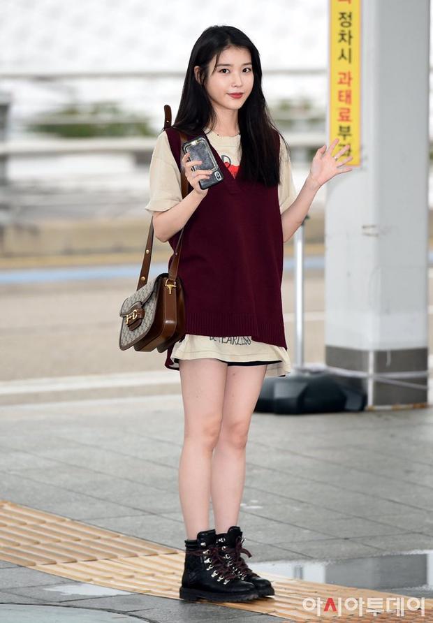 """Không hổ danh là """"em gái quốc dân"""", thời trang sân bay của IU trẻ trung, xinh sang và đáng học hỏi cực kỳ - Ảnh 4."""