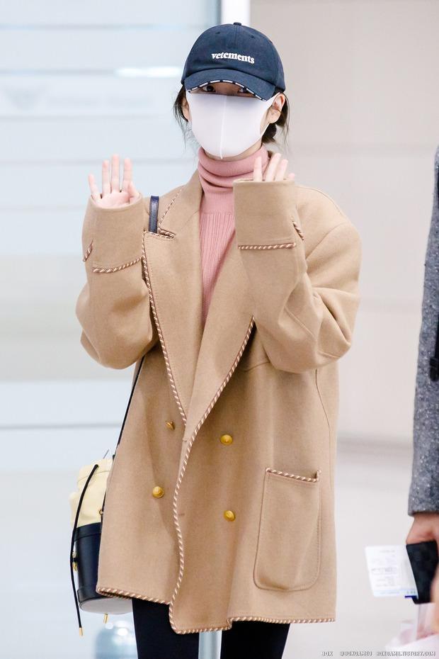 """Không hổ danh là """"em gái quốc dân"""", thời trang sân bay của IU trẻ trung, xinh sang và đáng học hỏi cực kỳ - Ảnh 9."""