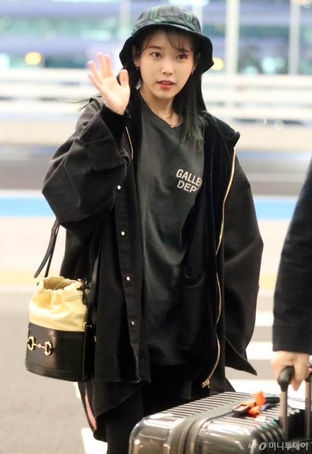 """Không hổ danh là """"em gái quốc dân"""", thời trang sân bay của IU trẻ trung, xinh sang và đáng học hỏi cực kỳ - Ảnh 7."""