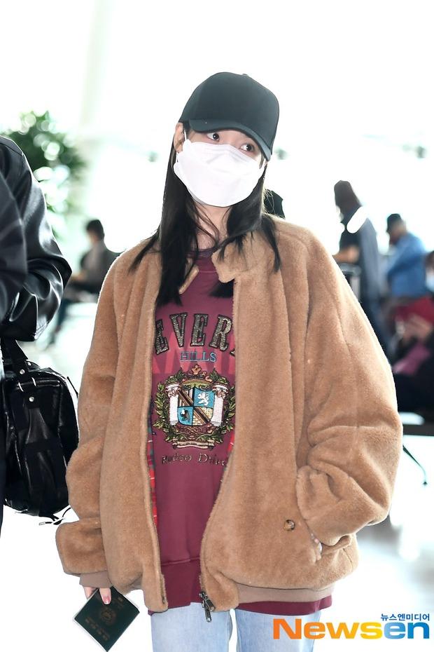 """Không hổ danh là """"em gái quốc dân"""", thời trang sân bay của IU trẻ trung, xinh sang và đáng học hỏi cực kỳ - Ảnh 3."""