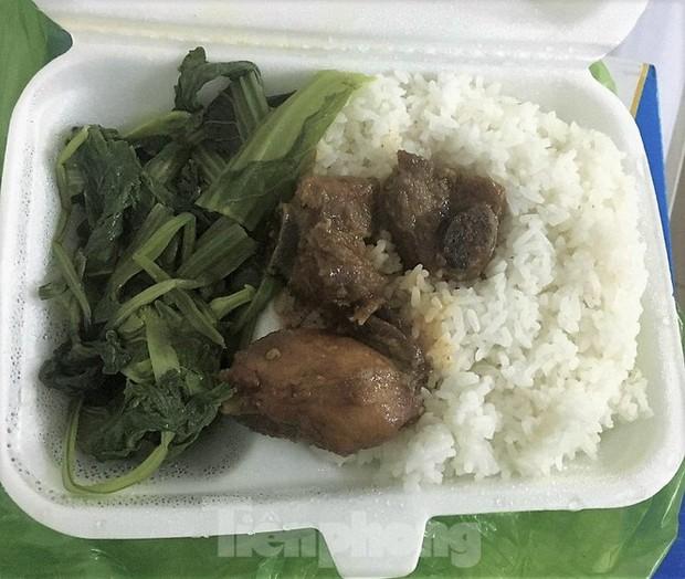 Công an, Thanh tra vào cuộc vụ bữa ăn bị cắt xén trong khu cách ly ở Quảng Ninh - Ảnh 2.