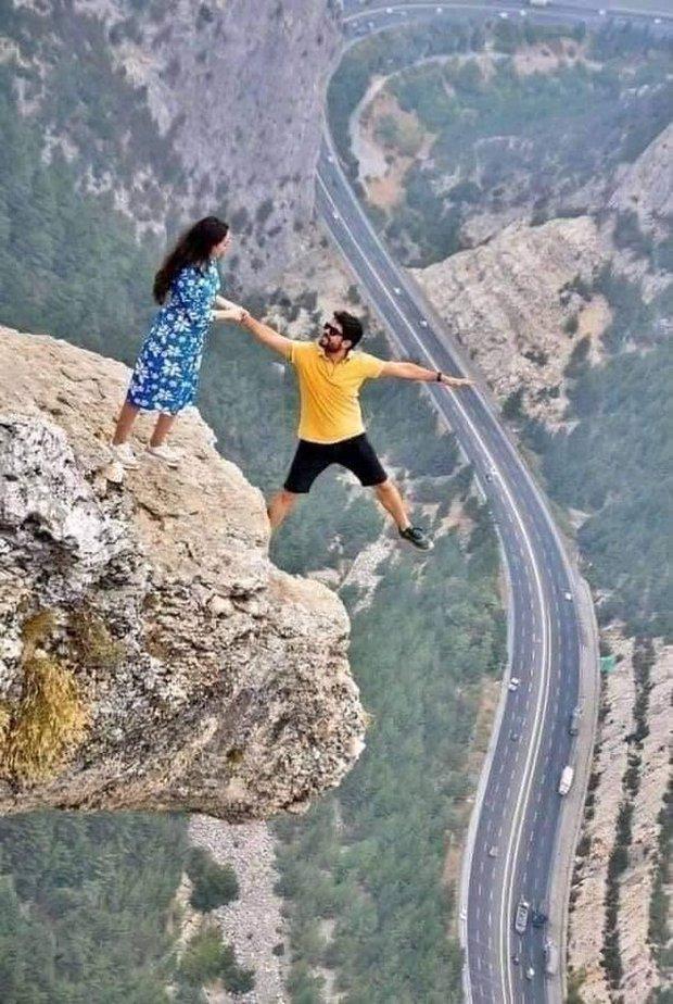 Đăng bức ảnh chụp trên vách đá cheo leo, cặp đôi bị ném đá tơi bời vì quá mạo hiểm, nhưng sự thật phía sau khiến tất cả câm nín - Ảnh 1.