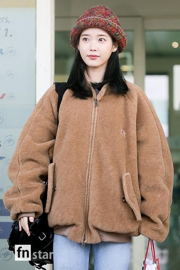 """Không hổ danh là """"em gái quốc dân"""", thời trang sân bay của IU trẻ trung, xinh sang và đáng học hỏi cực kỳ - Ảnh 2."""