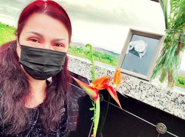 Ca sĩ Phương Loan vui vẻ diện áo in ảnh kỷ niệm với cố NS Chí Tài, cuối cùng đã lấy lại nụ cười sau tang lễ - Ảnh 3.