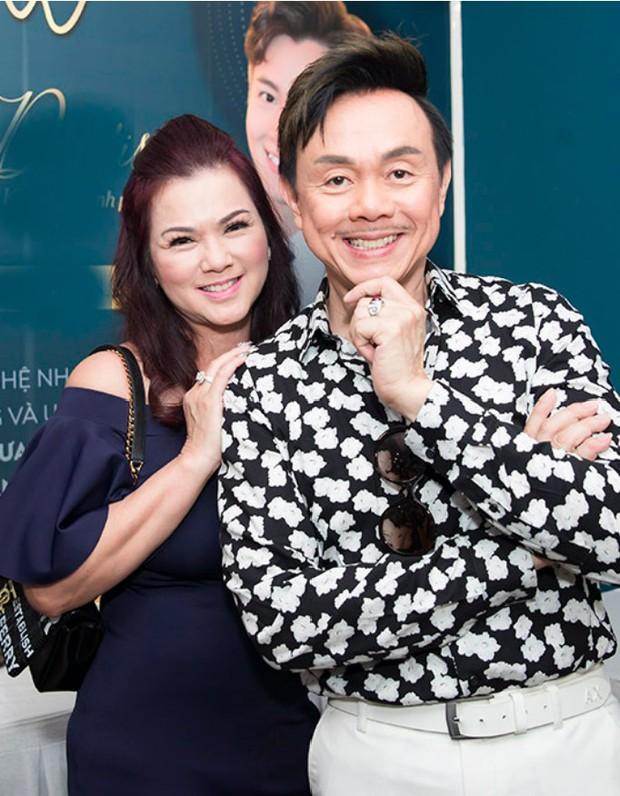 Ca sĩ Phương Loan vui vẻ diện áo in ảnh kỷ niệm với cố NS Chí Tài, cuối cùng đã lấy lại nụ cười sau tang lễ - Ảnh 4.