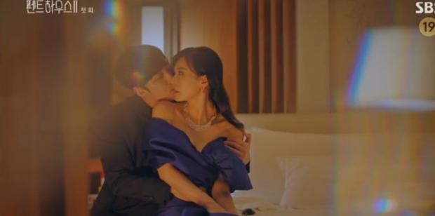 Penthouse 2 mở màn đỉnh cao: Seo Jin lăn giường với chồng cũ, bạo lực dồn dập xứng danh 19+ - Ảnh 1.