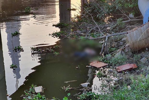 Phát hiện thi thể phụ nữ trôi trên sông, người dân hiếu kỳ đứng xem khiến cầu Sài Gòn ùn tắc - Ảnh 1.