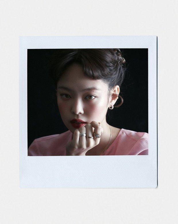 Full không che ảnh tạp chí đang hot của Jennie (BLACKPINK): Mất máu cảnh mặc độc quần yếm, tóc lởm chởm vẫn xinh hết chỗ chê - Ảnh 2.