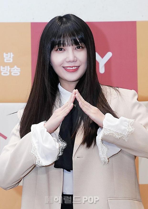 2 idol Kpop chiếm spotlight ở sự kiện: Tá hoả vì mặt trắng phớ của Eunji (Apink), Hani (EXID) khoe chân ai dè nổi gân kém xinh - Ảnh 5.