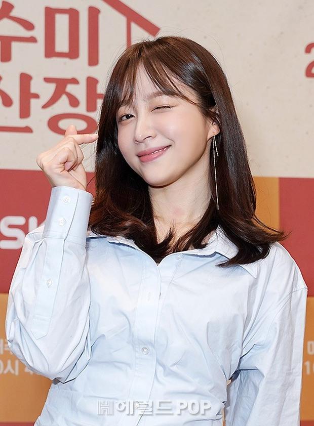 2 idol Kpop chiếm spotlight ở sự kiện: Tá hoả vì mặt trắng phớ của Eunji (Apink), Hani (EXID) khoe chân ai dè nổi gân kém xinh - Ảnh 2.