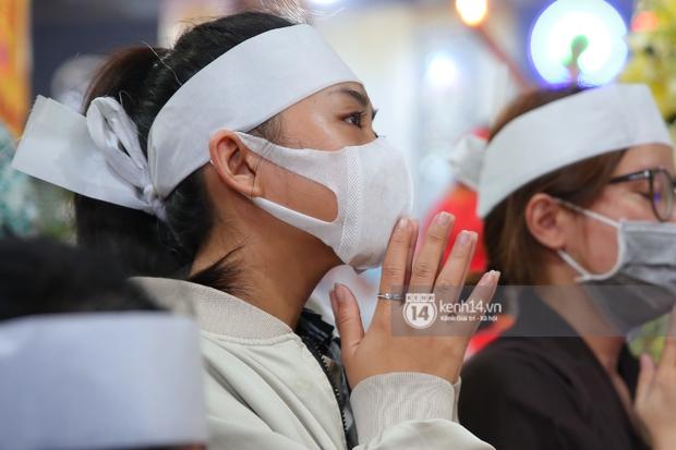 Lễ an táng diễn viên Hải Đăng: Vợ sắp cưới suy sụp ôm di ảnh, người thân khóc nghẹn tiễn đưa - Ảnh 16.