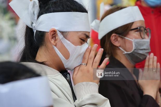 Lễ an táng diễn viên Hải Đăng: Vợ sắp cưới suy sụp ôm di ảnh, người thân khóc nghẹn tiễn đưa - Ảnh 17.