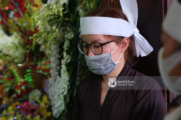 Lễ an táng diễn viên Hải Đăng: Vợ sắp cưới suy sụp ôm di ảnh, người thân khóc nghẹn tiễn đưa - Ảnh 19.