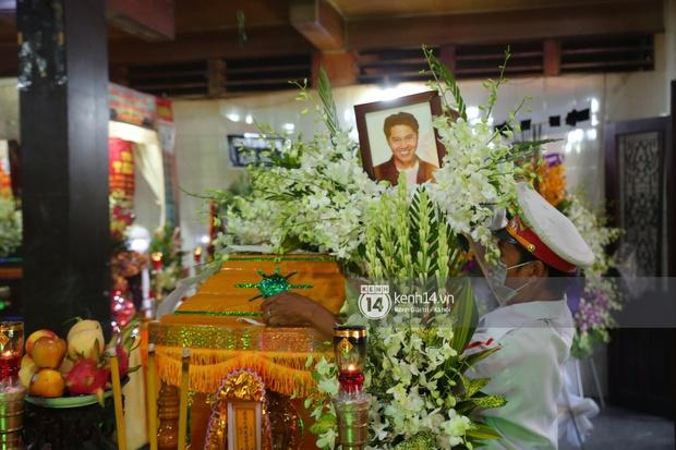 Lễ an táng diễn viên Hải Đăng: Vợ sắp cưới suy sụp ôm di ảnh, người thân khóc nghẹn tiễn đưa - Ảnh 12.