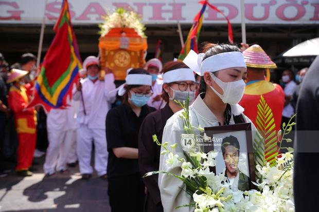 Lễ an táng diễn viên Hải Đăng: Vợ sắp cưới suy sụp ôm di ảnh, người thân khóc nghẹn tiễn đưa - Ảnh 11.