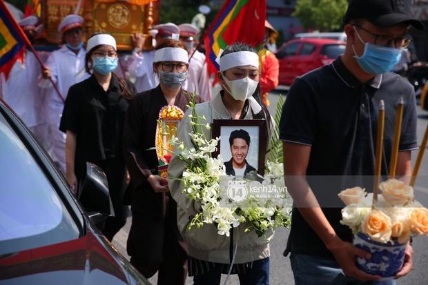 Lễ an táng diễn viên Hải Đăng: Vợ sắp cưới suy sụp ôm di ảnh, người thân khóc nghẹn tiễn đưa - Ảnh 5.