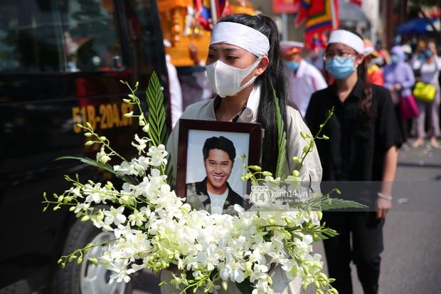 Lễ an táng diễn viên Hải Đăng: Vợ sắp cưới suy sụp ôm di ảnh, người thân khóc nghẹn tiễn đưa - Ảnh 9.