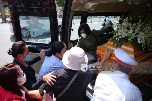 Lễ an táng diễn viên Hải Đăng: Vợ sắp cưới suy sụp ôm di ảnh, người thân khóc nghẹn tiễn đưa - Ảnh 6.
