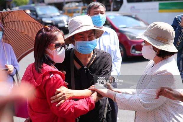 Lễ an táng diễn viên Hải Đăng: Vợ sắp cưới suy sụp ôm di ảnh, người thân khóc nghẹn tiễn đưa - Ảnh 8.