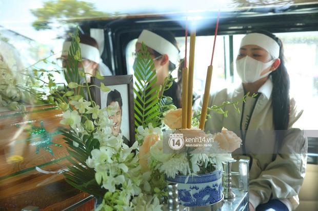 Lễ an táng diễn viên Hải Đăng: Vợ sắp cưới suy sụp ôm di ảnh, người thân khóc nghẹn tiễn đưa - Ảnh 4.