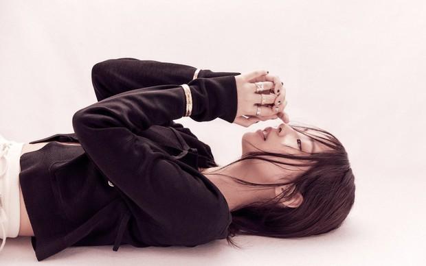 Full không che ảnh tạp chí đang hot của Jennie (BLACKPINK): Mất máu cảnh mặc độc quần yếm, tóc lởm chởm vẫn xinh hết chỗ chê - Ảnh 8.
