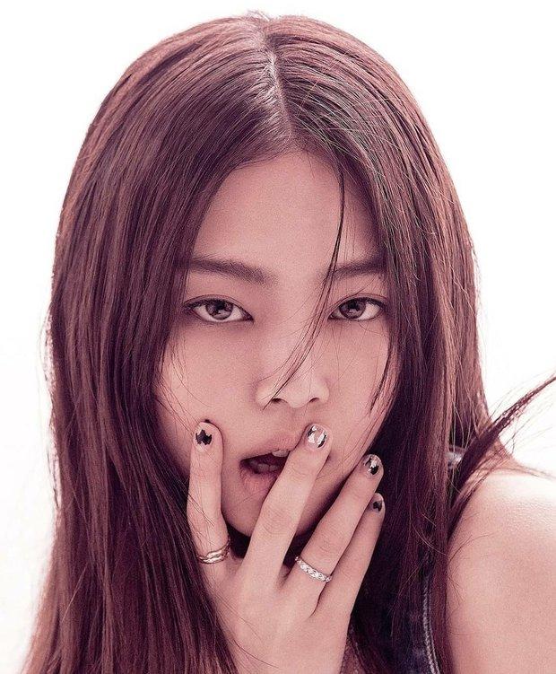 Full không che ảnh tạp chí đang hot của Jennie (BLACKPINK): Mất máu cảnh mặc độc quần yếm, tóc lởm chởm vẫn xinh hết chỗ chê - Ảnh 3.