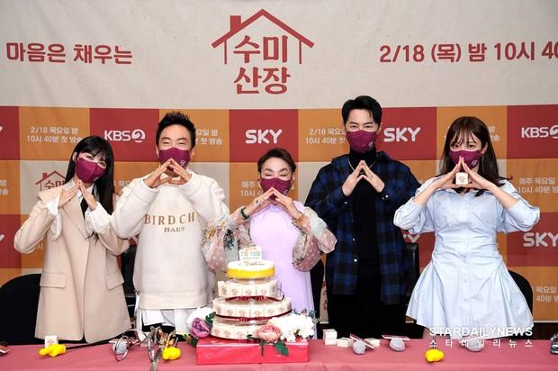 2 idol Kpop chiếm spotlight ở sự kiện: Tá hoả vì mặt trắng phớ của Eunji (Apink), Hani (EXID) khoe chân ai dè nổi gân kém xinh - Ảnh 11.