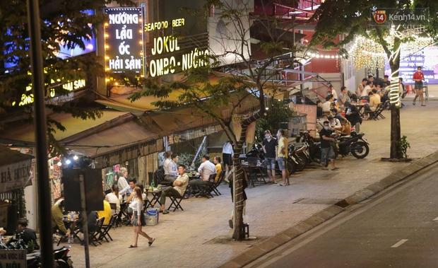 """Quán nhậu ở TP. Thủ Đức, beer club trên """"phố nhậu"""" Phạm Văn Đồng vẫn chật kín khách trong cao điểm phòng dịch Covid-19 - Ảnh 2."""