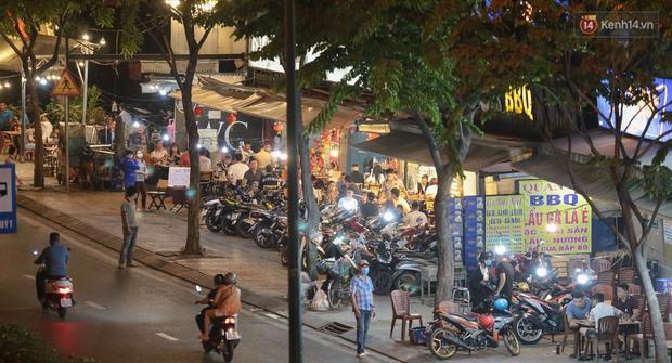 """Quán nhậu ở TP. Thủ Đức, beer club trên """"phố nhậu"""" Phạm Văn Đồng vẫn chật kín khách trong cao điểm phòng dịch Covid-19 - Ảnh 1."""