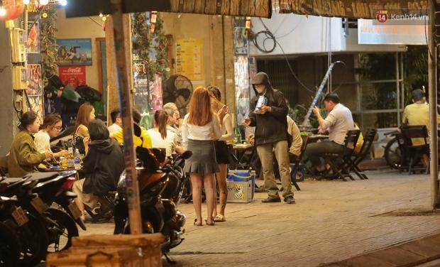 """Quán nhậu ở TP. Thủ Đức, beer club trên """"phố nhậu"""" Phạm Văn Đồng vẫn chật kín khách trong cao điểm phòng dịch Covid-19 - Ảnh 4."""