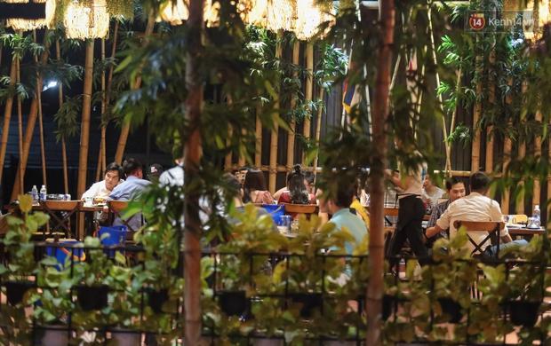 """Quán nhậu ở TP. Thủ Đức, beer club trên """"phố nhậu"""" Phạm Văn Đồng vẫn chật kín khách trong cao điểm phòng dịch Covid-19 - Ảnh 7."""